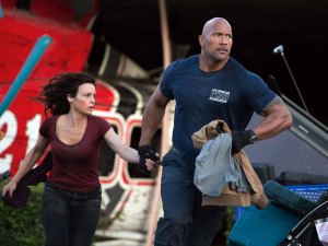 Chief Raymond 'Ray' Gaines (Dwayne Johnson) and estranged wife Emma (Carla Gugino) in San Andreas