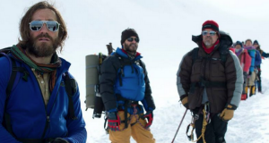 Mountaineer Scott Fischer (Jake Gyllenhaal) leads Beck Weathers (Josh Brolin) and others up Everest
